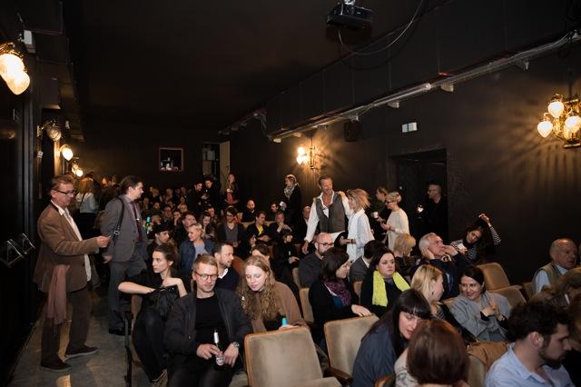 Großer Andrang bei der ausverkauften Vorstellung der zweiten Ausgabe des Antist im neu eröffneten Atelier Theater