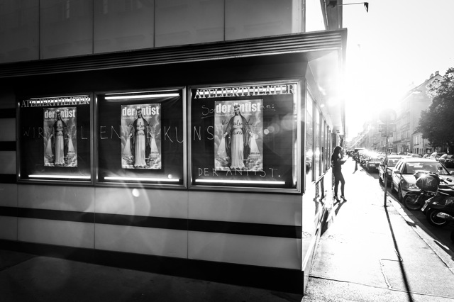 Plakatauslage zur Wir-heilen-die-Kunst-Aufführung des Antist im Ateliertheater in Wien