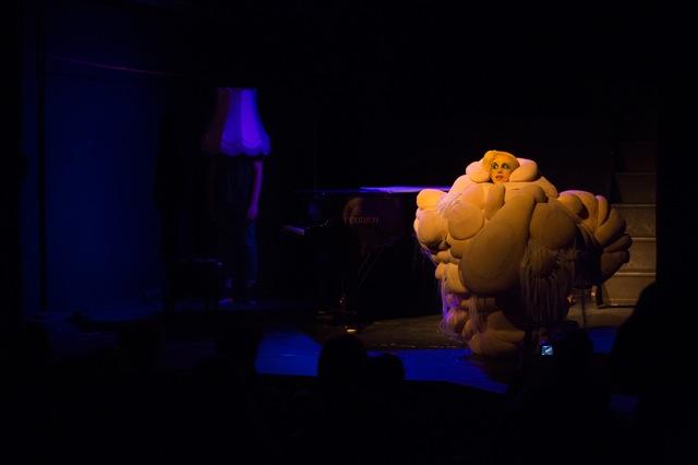 """Dragana WeshMashina in einer Kostümskulptur von Ines Doujak spricht Lukas Puschs Text """"Wer die Kunst liebt muss den Staat hassen"""""""