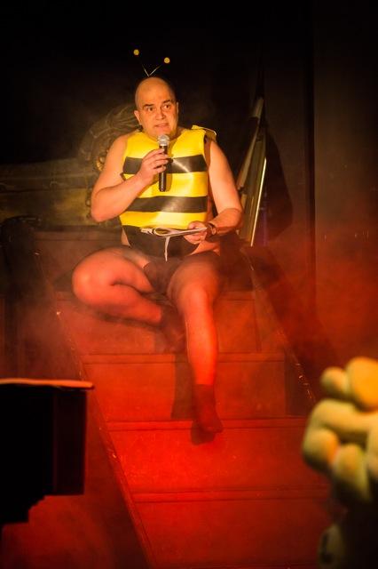 Lukas Pusch als übergewichtige Biene Maja liest Kurt Kalbs autobiografische Texte an die Stadt Wien.
