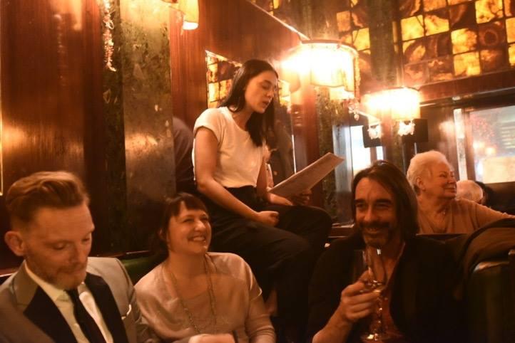 Gute Stimmung bei der Lesung von Edita Malovcic in der Wiener Loosbar