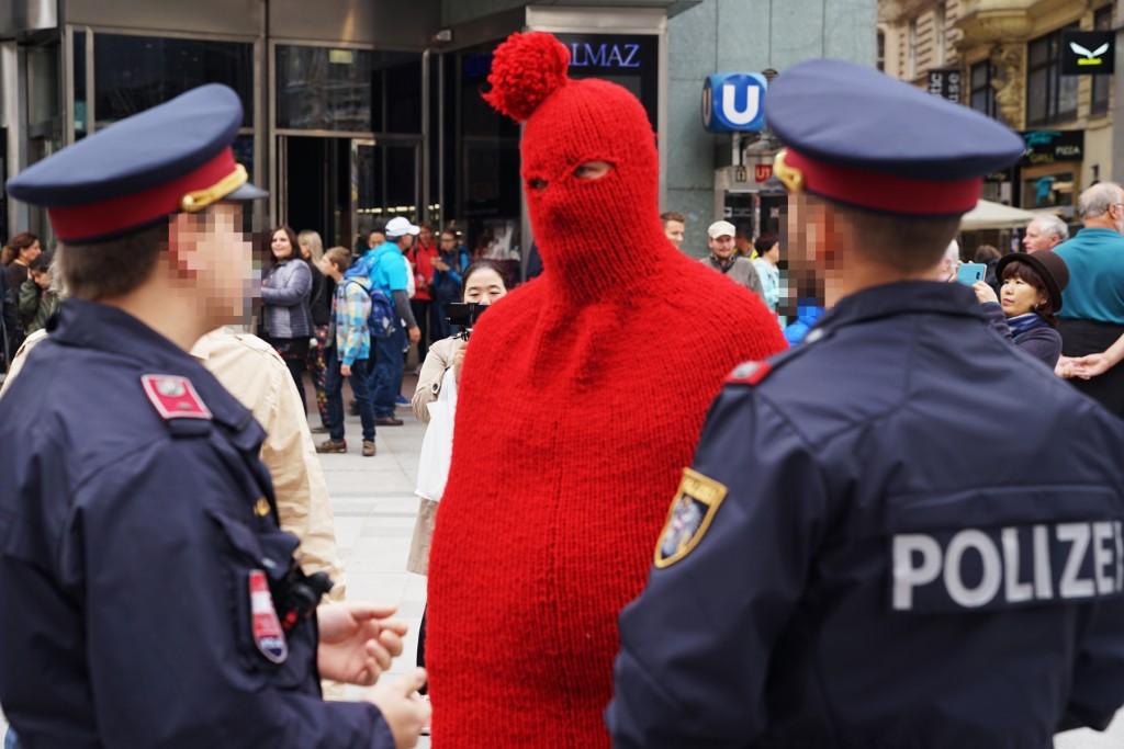 Der Berliner Performance Künstler Daniel Chluba wurde wegen seiner Pudelmütze in Wien verhaftet