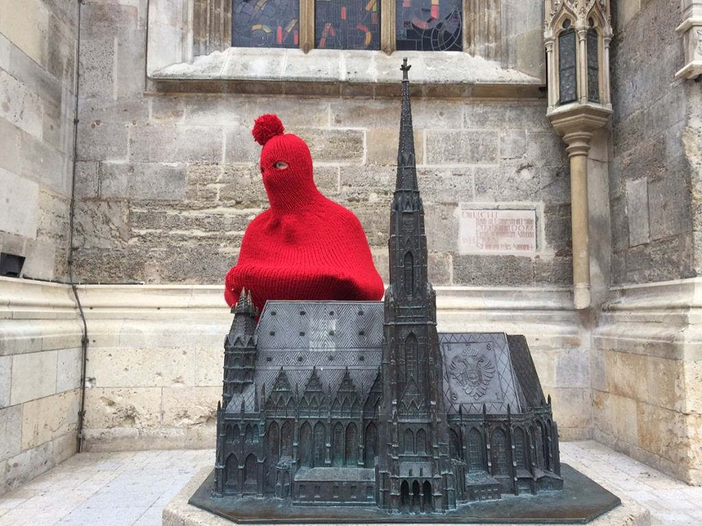 Der Künstler Daniel Chluba designte eine Ganzkörperpudelmütze aus Bio-Wolle.