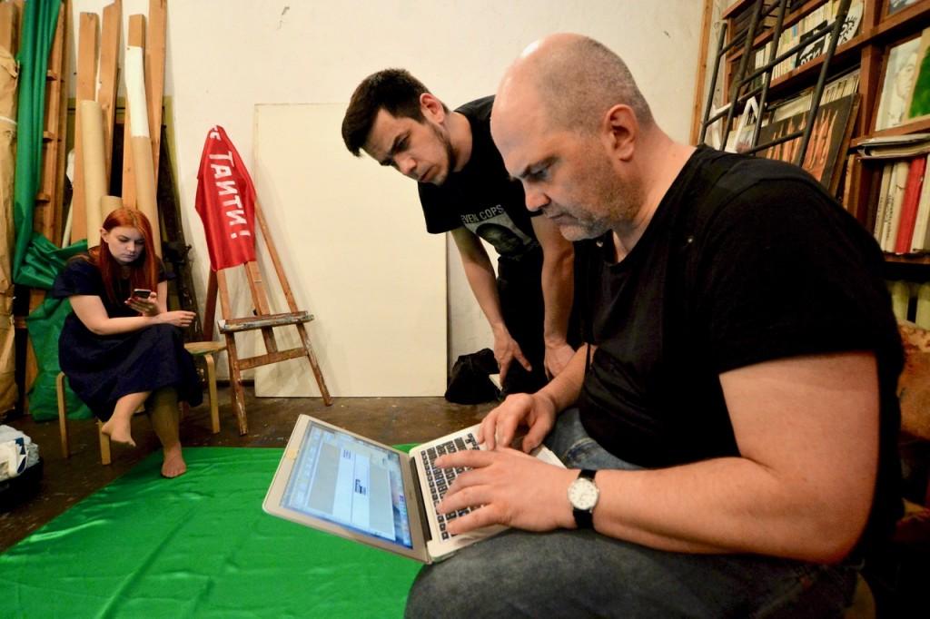 Artem Loskutov und Lukas Pusch entwerfen das Frontbanner der 15. Monstration