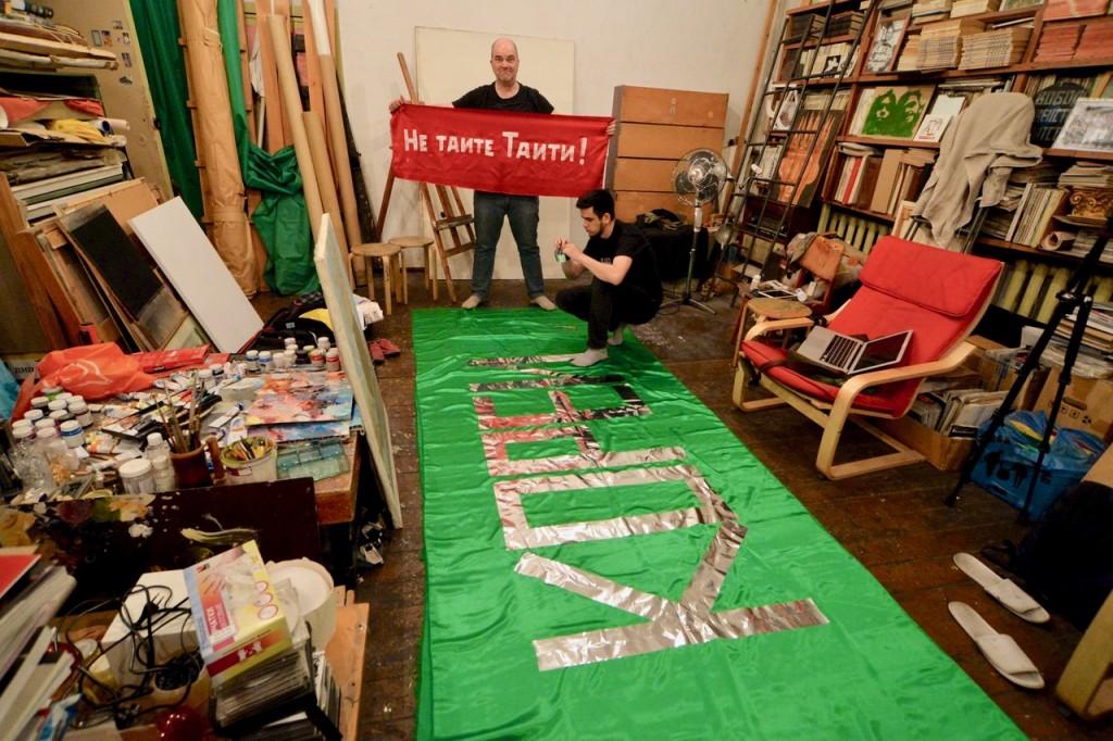 """""""Ne таитe Taiti – Versteckt Tahiti nicht"""",,, Das Banner der 15. Monstration wird fertig gestellt..."""
